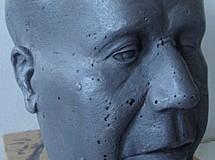 El busto de Azaña y los restos de Franco