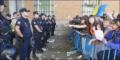 indignados ante la policía